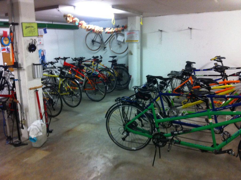 Local de l'association avec ses nombreux vélos tandems.