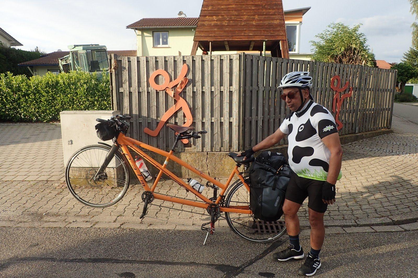 Gowri devant son vélo