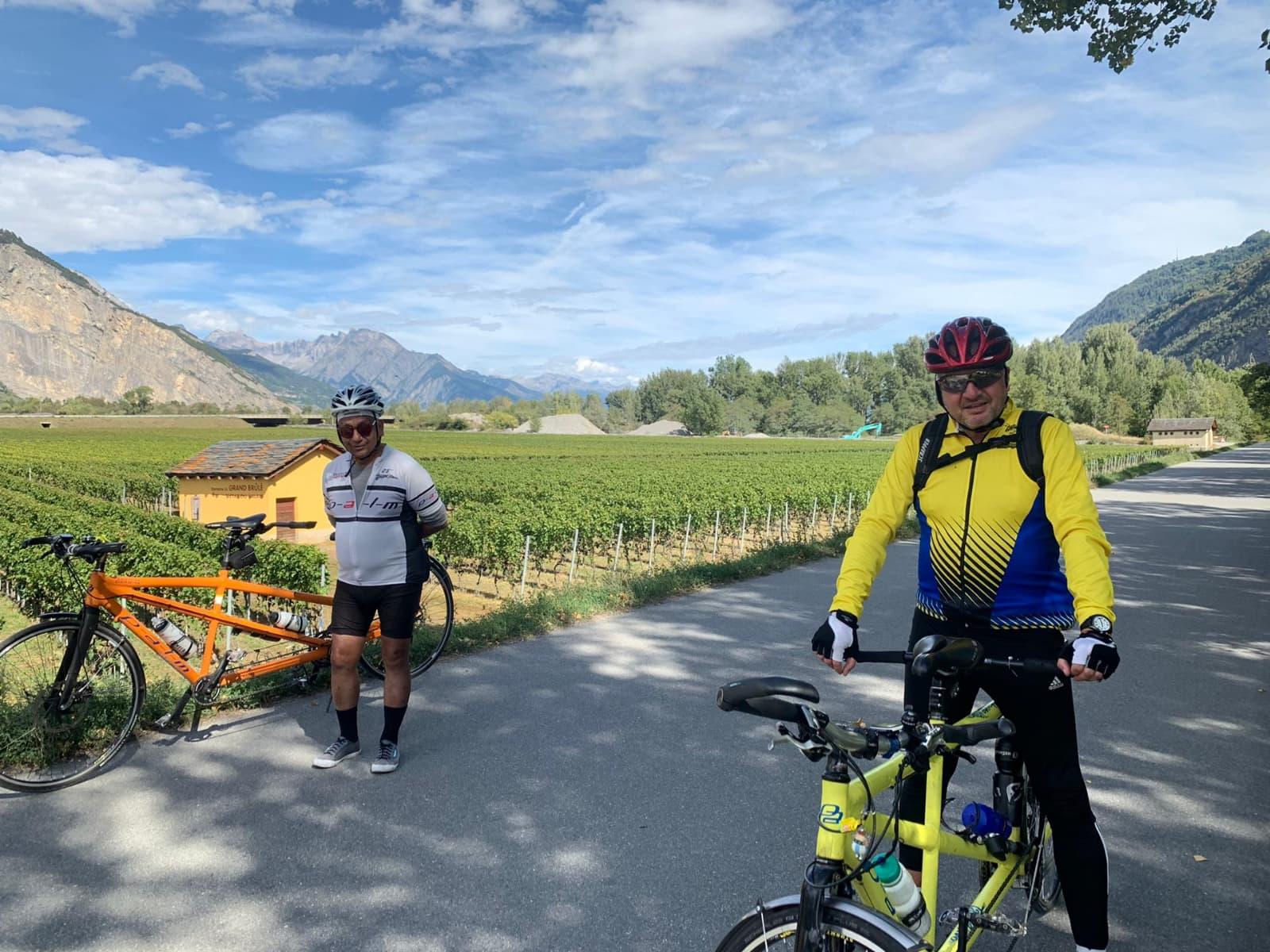 Claude Thorimbert et Gowri Sundaram dans le vignes valaisannes